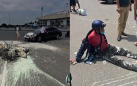 Va chạm với Mercedes, sơn văng khắp nơi, người đàn ông chạy xe máy ngồi thất thần trên đường