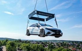 """Mercedes-Benz treo một chiếc EQS trên trời, ai cũng ước được nó """"rơi trúng đầu"""""""
