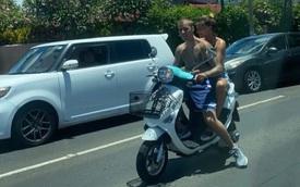 Hot rần rần hình ảnh Justin Bieber cởi trần phóng xe máy chở vợ đi chơi, nhìn tưởng bon bon giữa trời nắng Quận 1