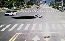 """Cảnh tượng thót tim: Đi ngang ngã tư, ô tô con bất ngờ bị """"hố tử thần"""" nuốt chửng"""