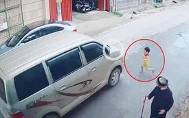 """Cậu bé lao ra đường suýt bị ô tô đâm trúng, soi camera an ninh, bố mẹ """"tím mặt"""": Lỗi từ mình"""