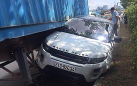 Ô tô Range Rover bị xe container ép bẹp dúm, mắc kẹt dưới gầm