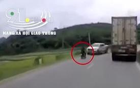 Thanh niên lái xe máy đầu trần vượt ẩu, tông trực diện xe bán tải