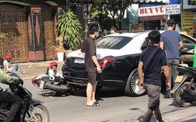 Đâm trúng xe sang gần chục tỉ Mercedes-Maybach, 2 nam thanh niên ngồi vật ra giữa đường, ôm đầu hoảng sợ