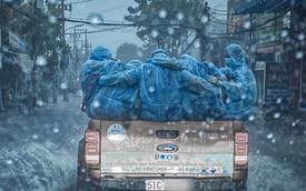Xúc động khoảnh khắc xe bán tải biển 51 chở những bóng áo xanh choàng vai nhau dưới cơn mưa tầm tã