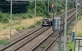 Ăn trộm xe rồi bị công an bắt tại trận, tên cướp lao thẳng xe xuống đường tàu hòng thoát thân