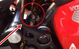Bánh trước của xe máy có điều bất thường, vừa cúi xuống để nhìn, người thanh niên lập tức tái mặt
