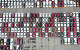 """Cận cảnh hàng trăm ô tô nằm """"bất động"""", phơi nắng trong những ngày giãn cách ở Hà Nội"""