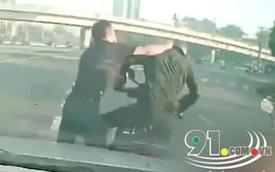 """Hai tài xế lao vào đánh nhau tới tấp vì xe máy dừng đèn đỏ chắn trước mặt, """"bơ"""" tiếng còi ô tô"""