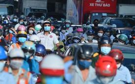 """Ùn tắc tại chốt kiểm soát """"vùng đỏ"""" ngày đầu đợt giãn cách lần thứ 4 tại Hà Nội"""