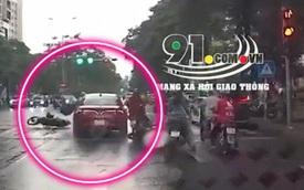Kinh hoàng ô tô tông loạt xe máy dừng chờ đèn đỏ trên phố Hà Nội, hành động sau đó gây phẫn nộ