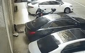 """Chủ xe khóc thét khi người phụ nữ """"bán khỏa thân"""" rơi xuống nóc xe mình, lý do cú ngã thật khó đỡ"""