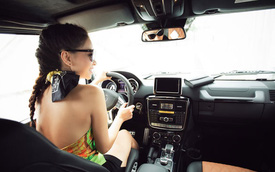 Thu Minh khoe lưng trần bên Mercedes-Benz G63 AMG