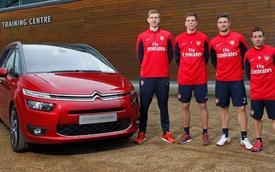 Bốn cầu thủ Arsenal chơi bóng với Citroen C4 Picasso