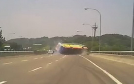 Video: Đánh võng, mất lái rồi lật