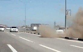 Đánh võng giữa đường, xe Lada lao lên dải phân cách