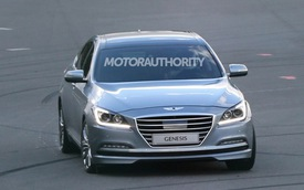 """Hyundai Genesis Sedan 2015 lại """"chạy rông"""" trên đường"""