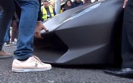 """Khổ sở đưa Lamborghini Sesto Elemento """"vào chuồng"""""""