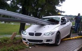 BMW 335i bị hai thanh sắt đâm xuyên táo