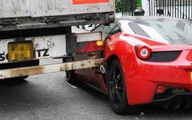 Siêu xe Ferrari 458 Italia bẹp dúm vì xe tải