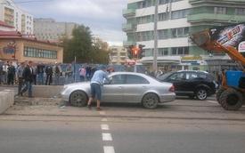 Xế sang Mercedes-Benz E-Class mắc kẹt trong bê tông