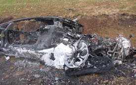 Lamborghini Aventador gặp nạn cháy trơ khung