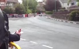 Hài hước: Tay đua văng ra khỏi sidecar khi vào cua
