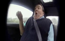 """Khách lái """"ẩu"""", nhân viên bán xe sợ mất mật"""