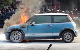 MINI Cooper bốc cháy dữ dội vào ngày cuối năm
