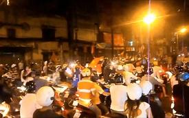 """Đường phố """"náo loạn"""" sau chiến thắng Việt Nam trước Lào"""