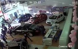 Giang hồ dùng kiếm làm loạn đại lý xe hơi