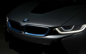 BMW i8 với đèn pha laser có giá 135.925 USD