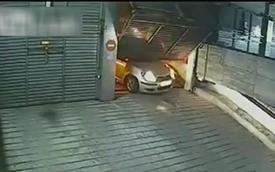 Hài hước Toyota Yaris bị cửa tự động sập xuống capô