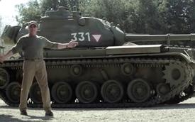"""""""Kẻ hủy diệt"""" Arnold Schwarzenegger lái xe tăng làm từ thiện"""
