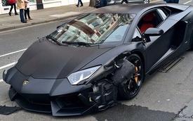 Lamborghini Aventador đen mờ đâm ba xe liên tiếp