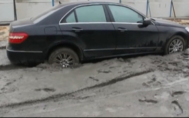 Xế sang Mercedes-Benz E-Class kẹt cứng trong bê tông