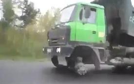 """Thiếu một bánh, xe tải vẫn """"bon bon"""" trên đường"""