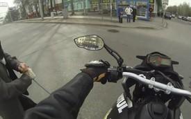 Biker tốt bụng dùng xe che chắn cho ông lão qua đường