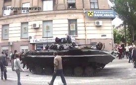 """Dân thường """"cướp"""" xe tăng, bắn tung một góc nhà"""