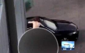 Con nghiện trần truồng tấn công nữ tài xế qua đường cửa sổ trời