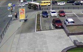 Xe tải lật, tài xế thản nhiên bước ra ngoài theo đường kính chắn gió