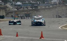 """Ken Block """"thách thức"""" tốc độ của Lewis Hamilton trên đường đua Rallycross"""