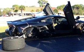 """Lamborghini Aventador gặp nạn vì cụ bà """"ham hố"""" lái xe"""