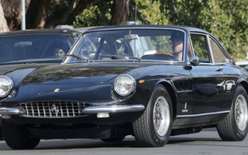 Thành viên Maroon 5 ngồi sau vô-lăng Ferrari hiếm