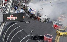Tai nạn kinh hoàng trên đường đua NASCAR