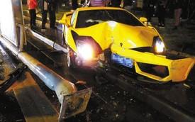 """Lamborghini Gallardo """"nát đầu"""" vì cột đèn"""