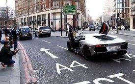 Video: Lamborghini Aventador mở cửa chạy trên phố đông