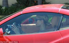 Paris Hilton vừa lái siêu xe vừa nhắn tin