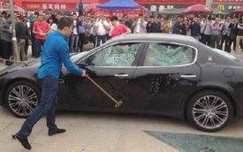 Thuê người dùng búa đập nát Maserati Quattroporte