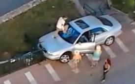 Gặp tai nạn, chủ xe nổi điên trút giận vào Audi A8